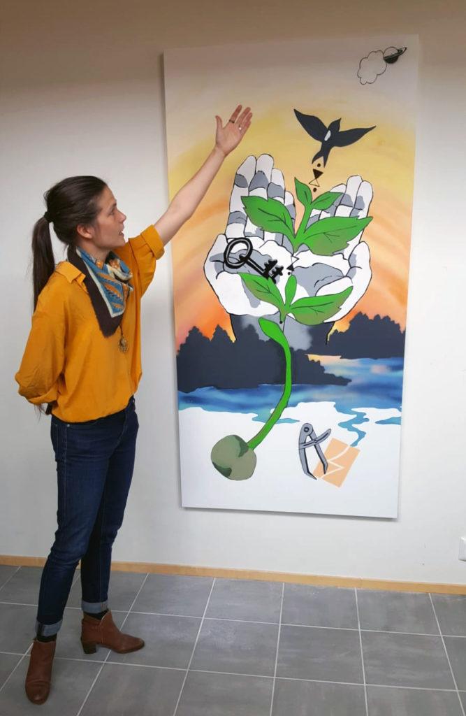 Kuvataiteilija Veera Metso ja Olipa kerran Itula -taideteos.