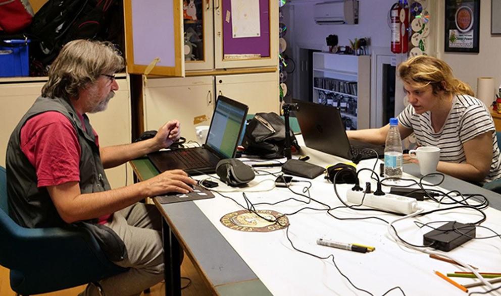 Työskentelyä Satakunnan Elävän kuvan keskuksella tietokoneiden ääressä.