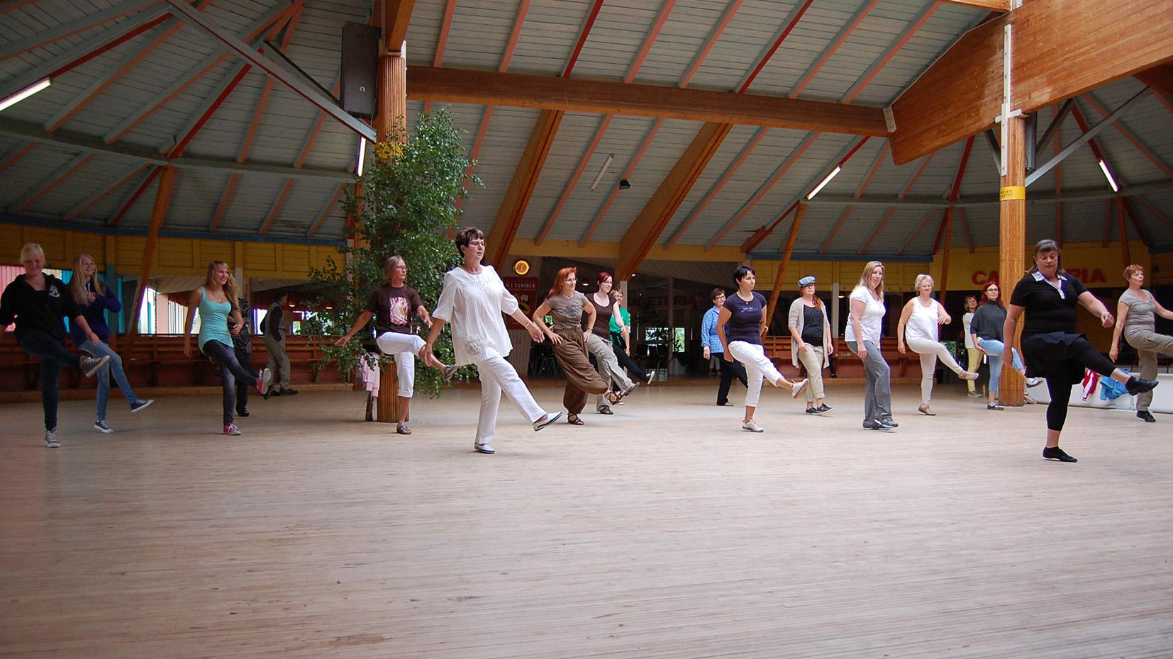 Tanssilavalla tanssioita tanssimassa rivitanssia.