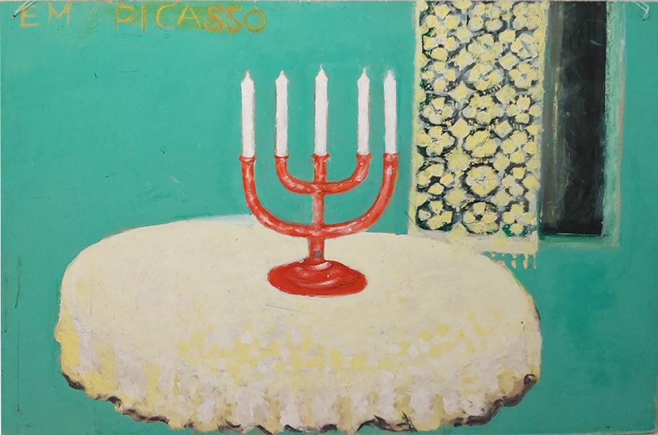 Kuva maalauksesta, jossa on viisihaarainen punainen kynttilänjalka valkoisella pöytäliinalla, turkoosi tausta, jossa on vaaleita koristeita.